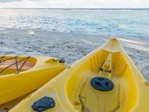Gelber Kajak auf dem tropischen sandigen Strand Lizenzfreie Stockfotos