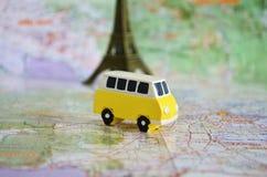 Gelber kampierender Bus auf einer Karte lizenzfreie stockfotografie
