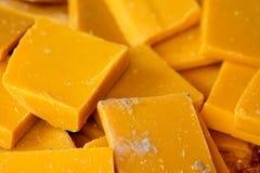 Gelber Kerzenschnitt der Nahaufnahme Stockfotos