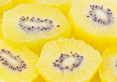 Gelber Kiwi Fruit Sliced. Lizenzfreies Stockbild