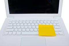 Gelber klebriger Anmerkungs-Posten auf weißem Laptop. Lizenzfreies Stockfoto