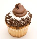 Gelber kleiner Kuchen mit Schokolade und weißer Vereisung Lizenzfreie Stockfotos