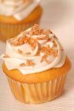 Gelber kleiner Kuchen mit Zitrone buttercream dem Bereifen lizenzfreies stockbild