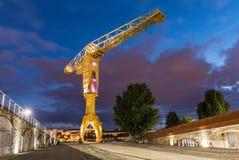 Gelber Kran bis zum Nacht Nantes, Frankreich Lizenzfreies Stockbild