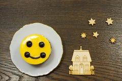 Gelber Kuchen, Hausikonen und Sterne Lizenzfreie Stockbilder