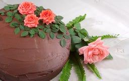 Gelber Kuchen mit Schokolade Ganache und Rosen Stockfotos