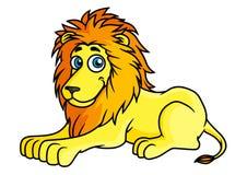 Gelber Löwe der Karikatur liegt auf Vorderpfoten Lizenzfreies Stockfoto