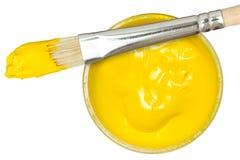Gelber Lack mit Malerpinsel stockfotografie