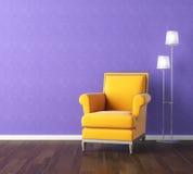 Gelber Lehnsessel auf violetter Wand Lizenzfreies Stockbild