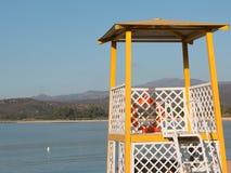 Gelber Leibwächterturm auf Strand lizenzfreie stockbilder