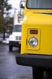 Gelber Lieferungskasten-LKW mit headlightand halb LKW auf backgr Lizenzfreies Stockbild