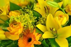 Gelber Lilienblumenstrauß Lizenzfreies Stockfoto