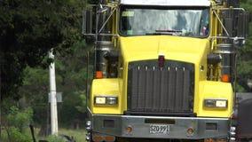 Gelber LKW oder große Anlage Lizenzfreies Stockfoto