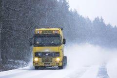 Gelber LKW Volvos FH12 im Blizzard Stockfotografie