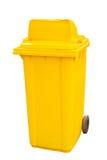 Gelber Mülltonneweißhintergrund Stockfoto
