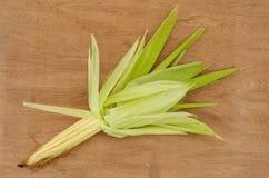 Gelber Mais auf Pfeiler mit Hülsen lizenzfreie stockbilder