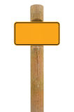 Gelber Metallschildbrett Signagekopien-Raumhintergrund, schwarzes Rahmen roadsign, alter gealterter verwitterter hölzerner Pfoste Lizenzfreie Stockbilder