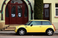 Gelber Mini Cooper lizenzfreie stockfotos