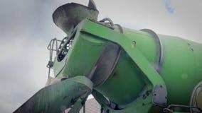 Gelber Mischer, werfende Pumpe Detail von Baumaschinen und von Fundamenten stock footage