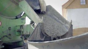 Gelber Mischer, werfende Pumpe Detail von Baumaschinen und von Fundamenten stock video footage