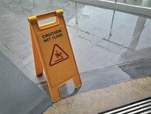 Gelber nasser Boden-Warnzeichen der Boden Stockfotografie