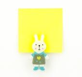 Gelber Notizblock mit Kaninchenclip Stockbilder
