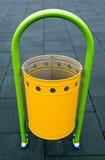 Gelber Papierkorb auf einem Spielplatz Lizenzfreies Stockfoto
