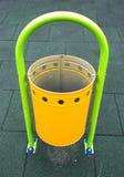Gelber Papierkorb auf einem Spielplatz Lizenzfreie Stockbilder