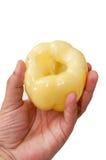 Gelber Paprika in der Hand Stockbild