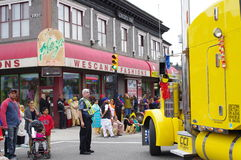 Gelber Parade-LKW, der eine Wendung macht Stockbilder