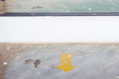 Gelber Pfeilaufkleber auf dem Boden mit Kopienraum Stockfotos