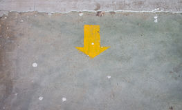 Gelber Pfeilaufkleber auf dem Boden mit Kopienraum Stockfoto