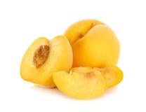 Gelber Pfirsich lokalisiert auf dem weißen Hintergrund Stockbild