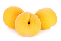 Gelber Pfirsich lokalisiert auf dem weißen Hintergrund Lizenzfreie Stockfotos