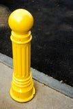Gelber Pfosten auf der Straße Lizenzfreies Stockbild