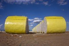 Gelber Plastik eingewickelte Baumwollballen Stockbild