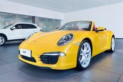 Gelber Porsche-Cabriolet in einem Ausstellungsraum, Wenzhou, China stockfotografie