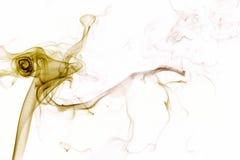 Gelber Rauch auf weißem Hintergrund Stockfoto