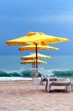 Gelber Regenschirm auf einem überschwemmten Strand Stockfotografie