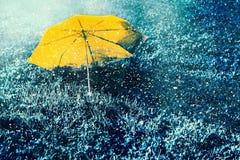 Gelber Regenschirm der Abstraktion im Schnee Lizenzfreies Stockfoto