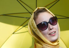 Gelber Regenschirm des Mädchens Stockbild