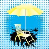 Gelber Regenschirm und deckchair. Lizenzfreies Stockfoto