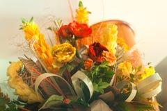 Gelber roter orange weißer Hochzeits-Blumenstrauß von der Tabellenmitte Stockfotos