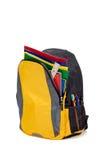 Gelber Rucksack mit Schulezubehör Stockbild
