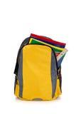 Gelber Rucksack mit Schulezubehör Stockfotos