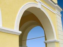 Gelber Säulengang Stockfotos