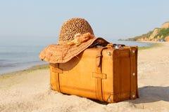 Gelber schöner Koffer auf einer Küste Lizenzfreie Stockfotos