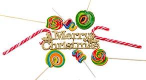 Gelber Schein fröhlicher Christams schreiben, Buchstaben mit farbigen Süßigkeitsstöcken und die lokalisierten Lutscher Lizenzfreies Stockbild
