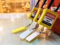 Gelber Schlüsselverschluß und Tag für Prozess schnitten elektrisch, der Knebel t ab lizenzfreie stockbilder