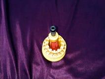 Gelber Schraubenzieherstand lokalisiert auf violettem Hintergrund stockfotos